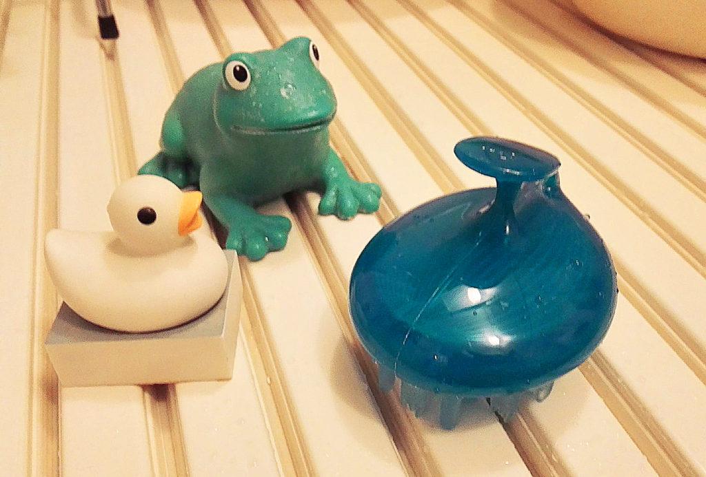 サクセス頭皮洗浄ブラシとカエルとアヒル