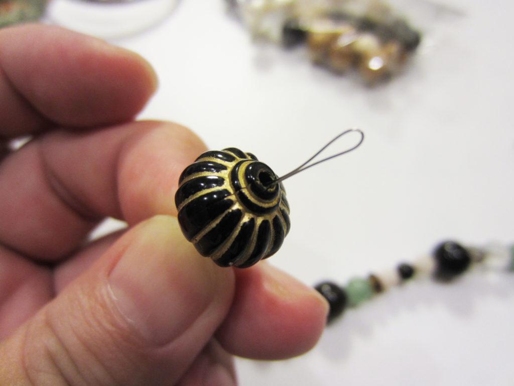 細い穴に通す針金なので極細のものを。強度はそれほどいりません。